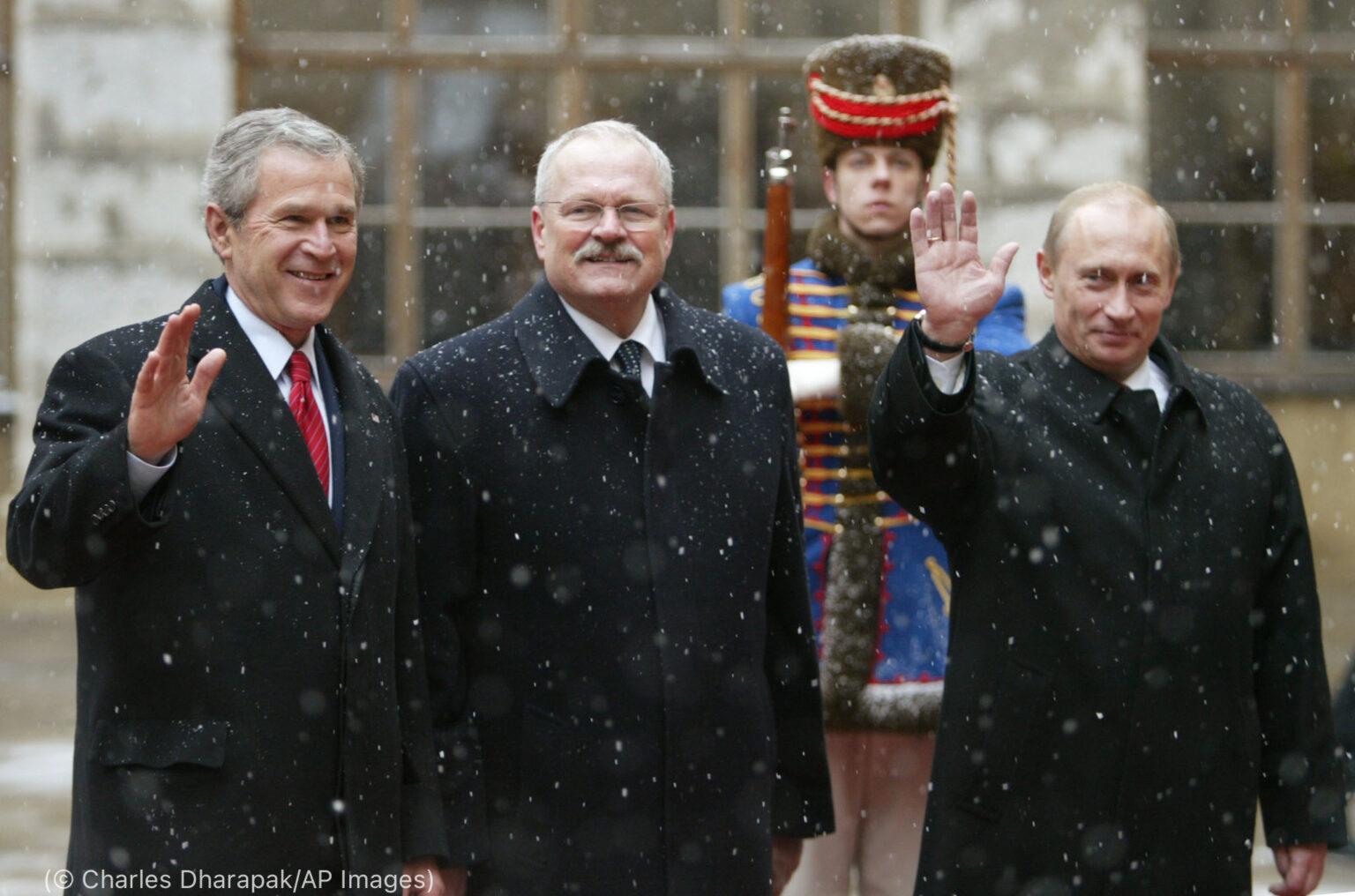 Americký prezident Bush so slovenským prezidentom Ivanom Gašparovičom, v strede, a ruským prezidentom Vladimirom Putinom (© Charles Dharapak/AP Images)