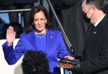 Kamala Harris jura al cargo (© Saul Loeb/AP Images)