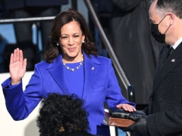 کامالا هریس در حال یاد کردن سوگند خدمت. (© Saul Loeb / AP Images)