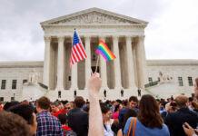 Des gens agitant des drapeaux devant un bâtiment imposant (© Jacquelyn Martin/AP Images)