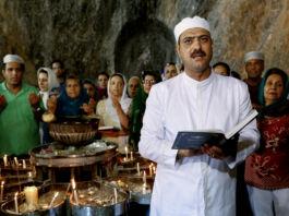 ایرانی حکومت جون 2014 میں تہران کے جنوب مشرق میں عبادت کرنے والے اِن زرتشتوں سمیت، مذہبی اقلیتوں سے تعلق رکھنے والے تمام گروہوں کو ہراساں کرتی ہے۔ (© Ebrahim Noroozi/AP Images)