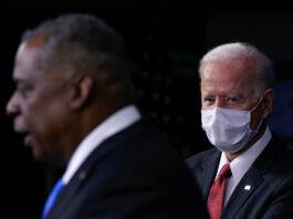 پرزیدنت بایدن به سخنان لوید آستین، وزیر دفاع گوش می دهد. (© Patrick Semansky/AP Images)