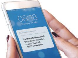 دستی با یک تلفن همراه با هشدار ShakeAlert. (U.S. Geological Survey, Department of the Interior)