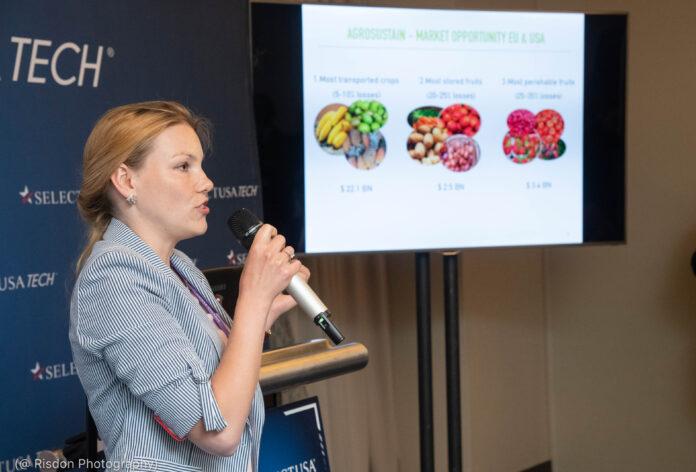 Mulher falando ao microfone com fotos de frutas e verduras ao lado dela (@ Fotografia Risdon)