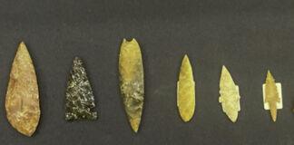 بائیں: قطار میں رکھی ہوئی تیر کی نوکیں، چاقووں کے پھل اور دیگر اوزار۔ دائیں: داستانے والی ہتھیلی پر رکھی پتھر کا بنی تیر کی نوک (Homeland Security Investigations)