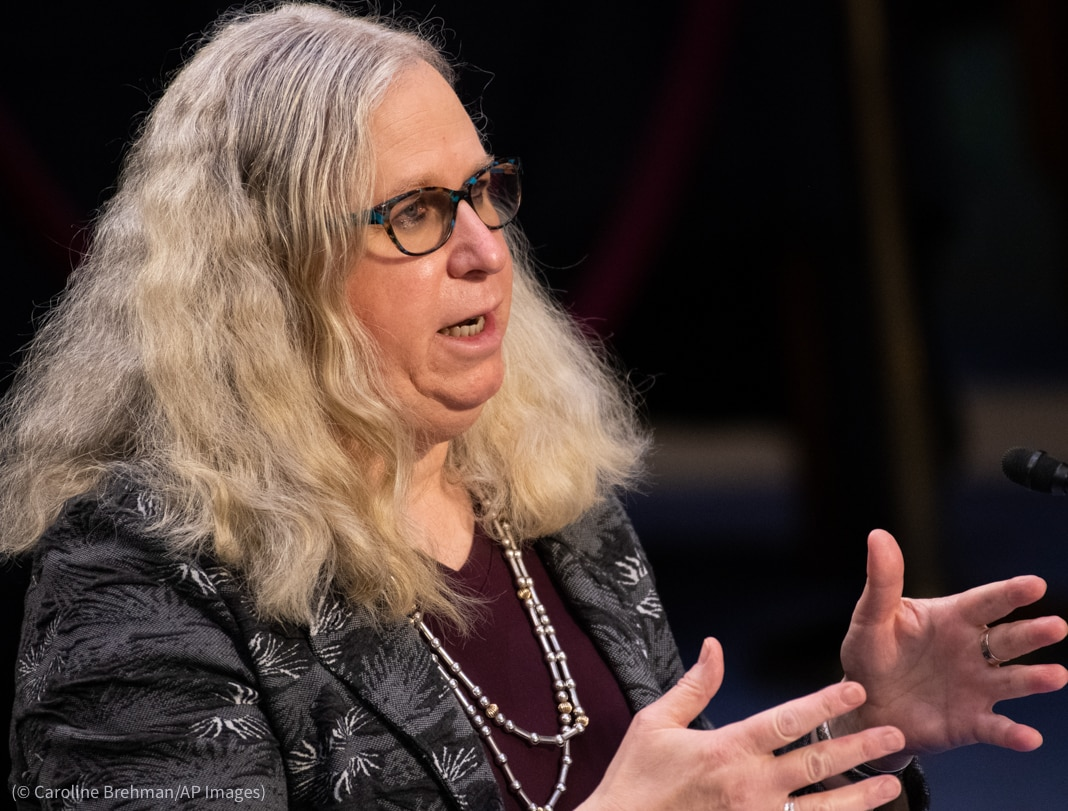 Mujer gesticula mientras habla (© Caroline Brehman/AP Images)