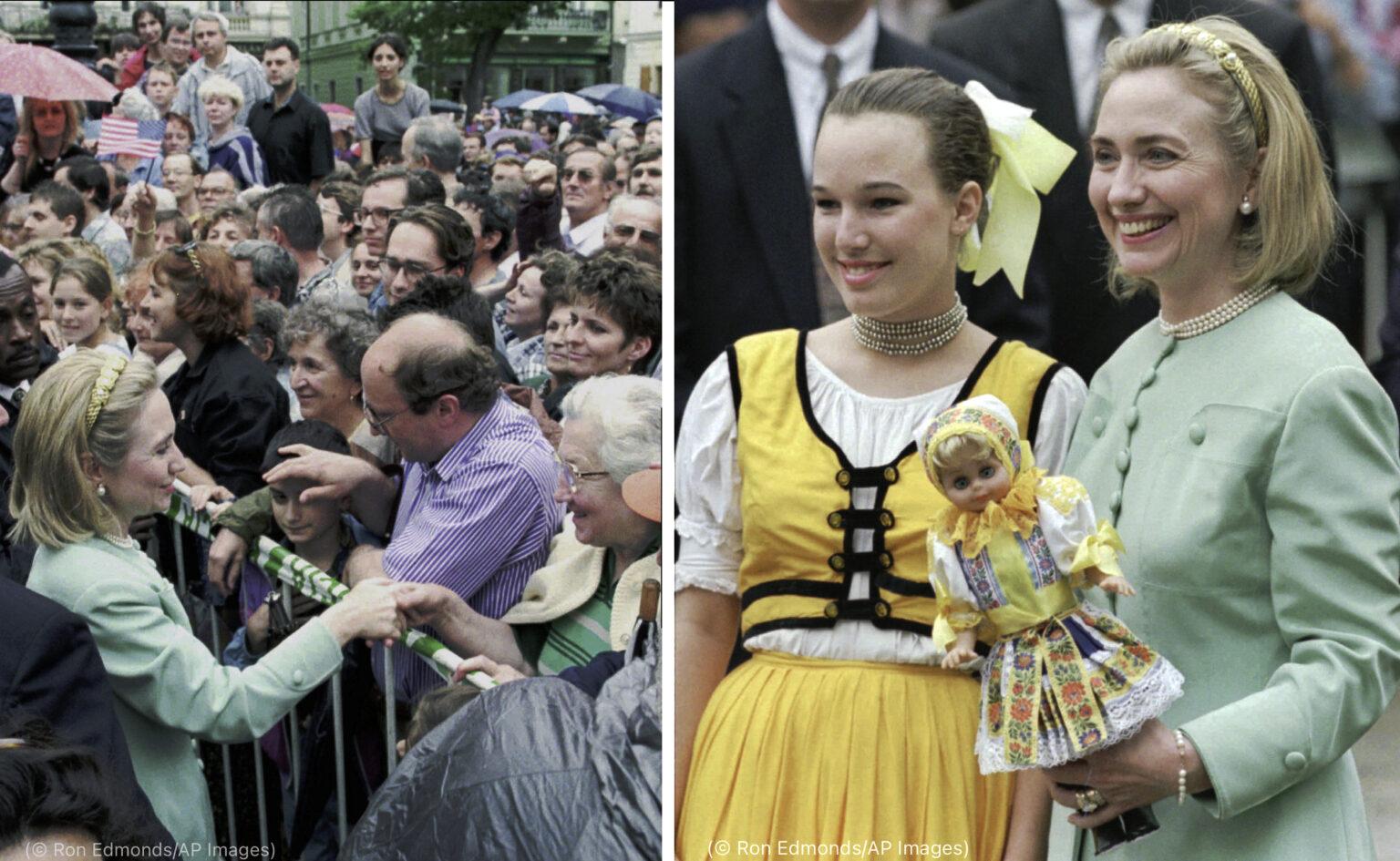 Fotografia naľavo: Hillary Rodhamová Clintonová sa zhovára so zástupom ľudí (© Ron Edmonds/AP Images) Fotografia napravo: Hillary Rodhamová Clintonová drží bábiku ľudovej tanečnice v slovenskom kroji