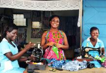Trois femmes souriantes en train de faire de la couture (Avec l'aimable autorisation de Global Mamas)