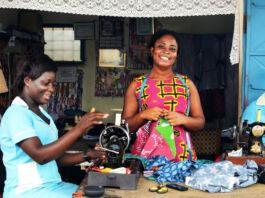 تین عورتیں سلائی مشینوں پر کپڑے سی رہی ہیں (Courtesy of Global Mamas)