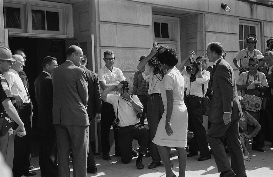 1963年6月11日,黑人学生薇薇安·马龙·琼斯抵达阿拉巴马大学福斯特礼堂注册。(公共领域)。