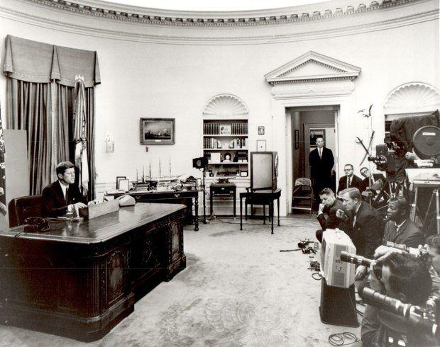 1963年6月11日,肯尼迪总统在白宫椭圆形办公室发表电视演说。(公共领域)