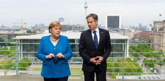 وزیر خارجہ اینٹونی بلنک جرمن چانسلر اینگلا میرکل کے ہمراہ چلنتے ہوئے (State Dept./Ron Przysucha)