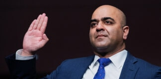 Zahid Quraishi mengangkat tangan (© Tom Williams/AP Images)
