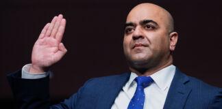 Zahid Quraishi levanta a mão (© Tom Williams/AP Images)