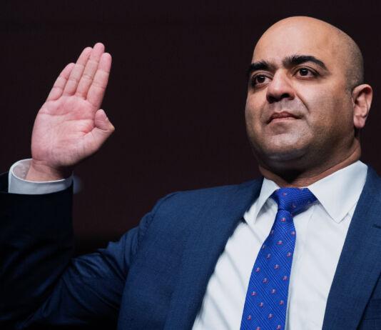 Zahid Quraishi con la mano alzada para prestar juramento (© Tom Williams/AP Images)