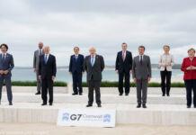 Les leaders du G7, debout à distance les uns des autres, pausant sur une plage pour une photo de groupe (© Patrick Semansky/AP Images)