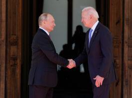 Vladimir Putin y Joe Biden se dan la mano (© Patrick Semansky/AP Images)
