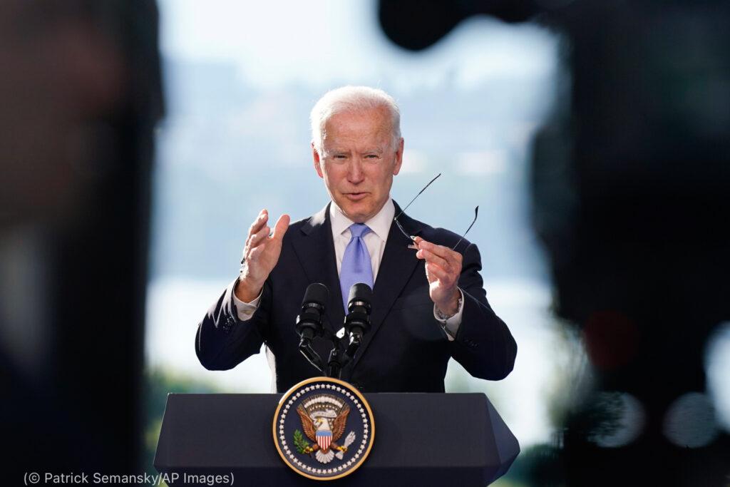 Joe Biden à un pupitre, faisant des gestes avec les mains (© Patrick Semansky/AP Images)