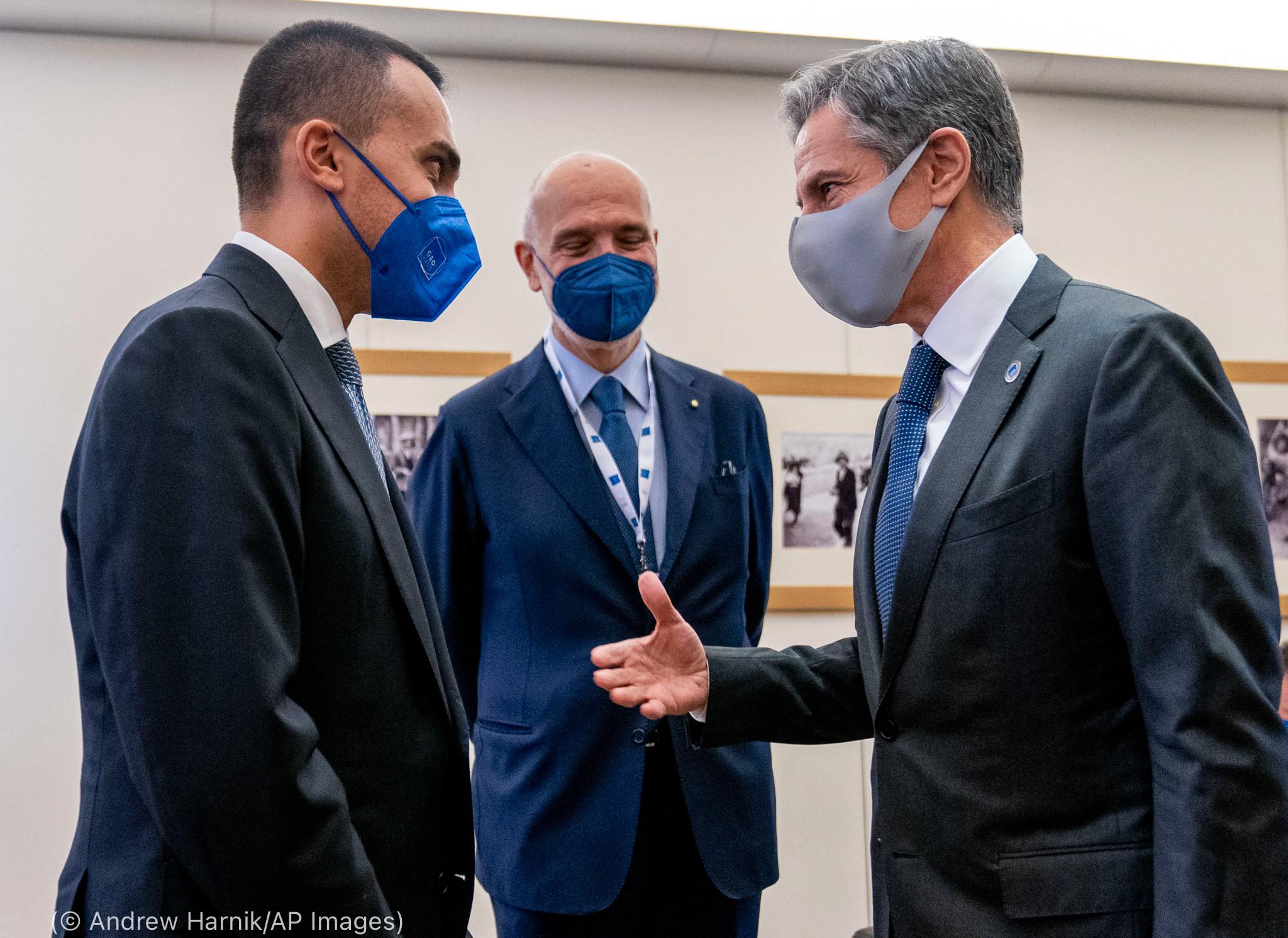 Antony Blinken en train de discuter avec deux hommes (© Andrew Harnik/AP Images)
