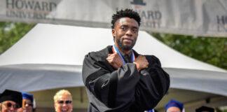 Chadwick Boseman menyilangkan kedua tangan di dadanya (© Bill O'Leary/Washington Post/Getty Images)