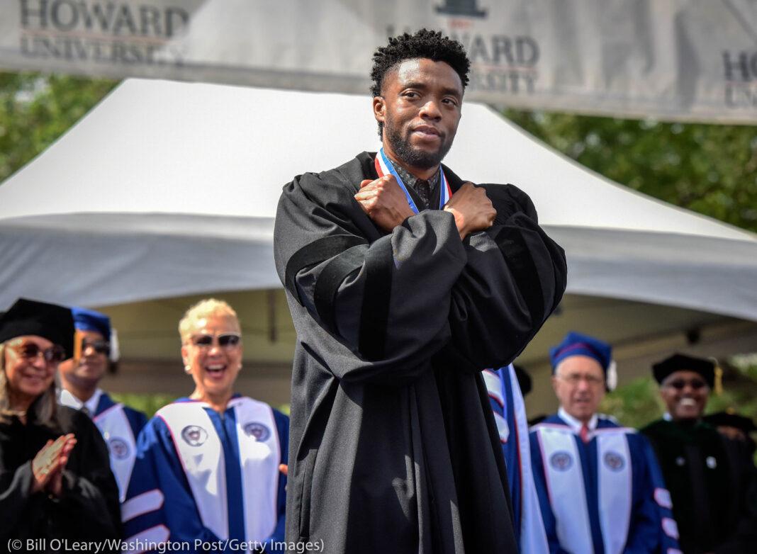 Chadwick Boseman, les bras croisés sur le torse (© Bill O'Leary/Washington Post/Getty Images)