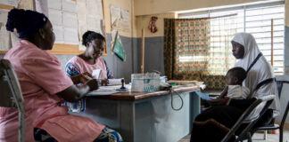 زنی که کودکی را در آغوش گرفته و با دو زن دیگر در یک اتاق نشسته است. (© Olympia de Maismont/AFP/Getty Images)