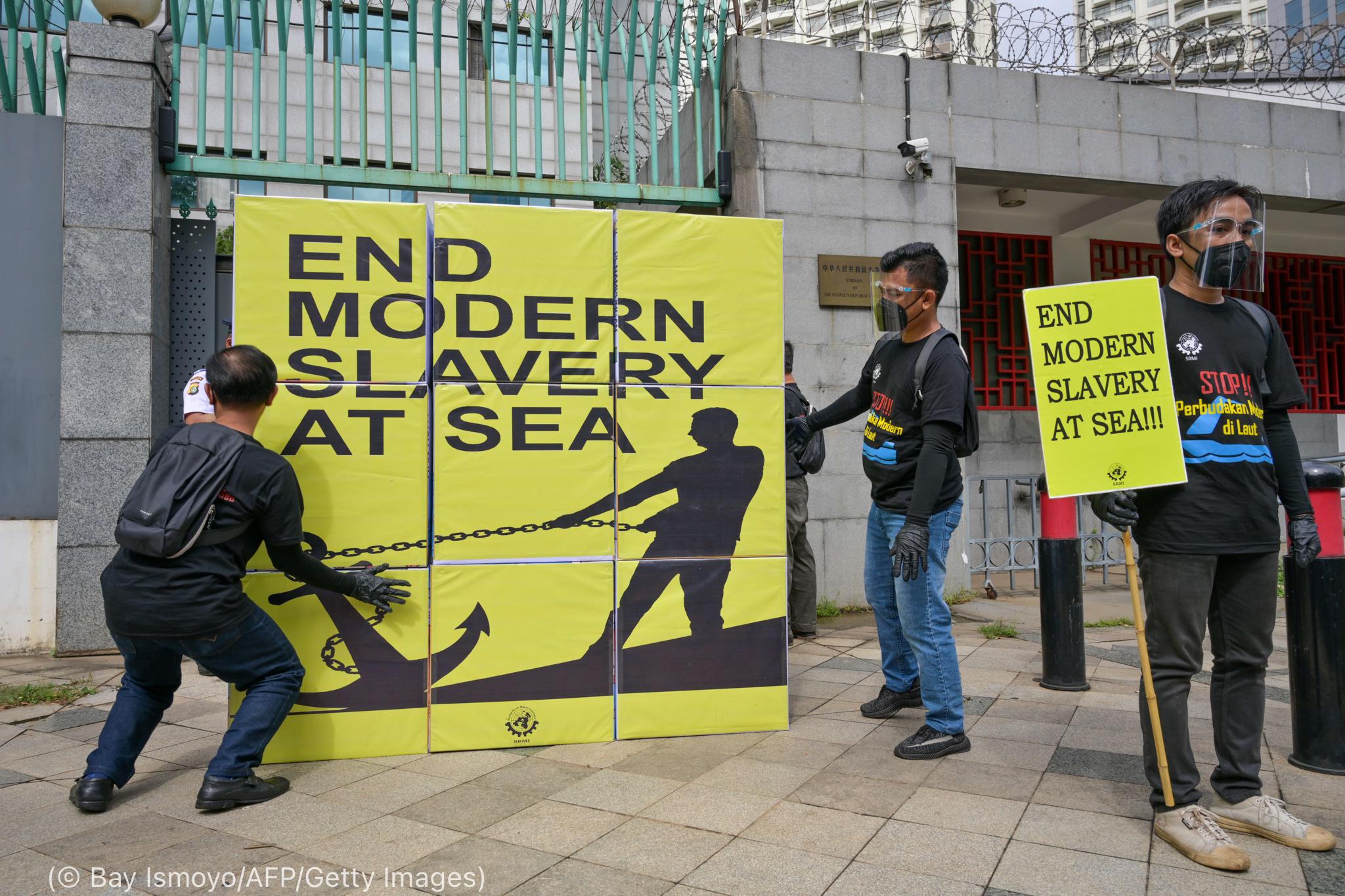 مردانی که علیه برده داری در دریا اعتراض می کنند (© Bay Ismoyo/AFP/Getty Images)