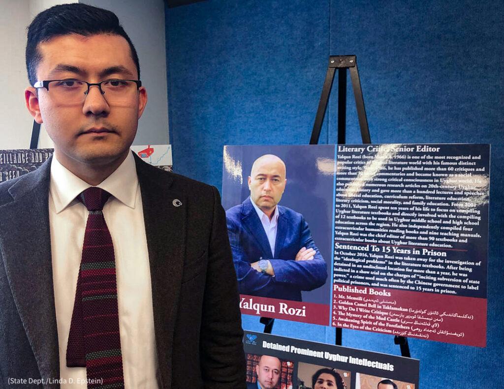 Şövaledeki posterin yanında duran adam (ABD Dışişleri Bakanlığı/Linda D. Epstein)