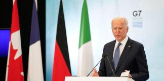 Joe Biden habla desde un atril con el logo del G7 tras él y cuatro banderas a los lados (© Patrick Semansky/AP Images)