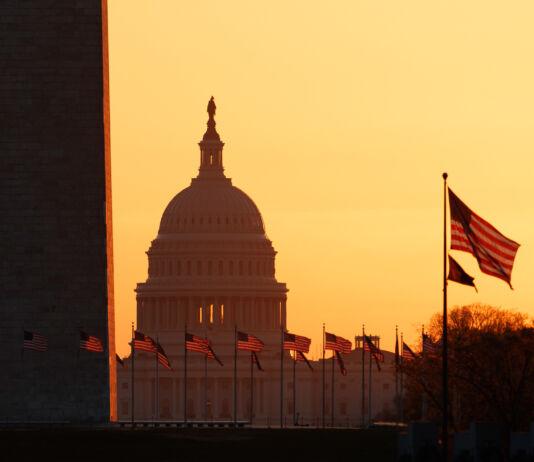 بنای یادبود واشنگتن و کاخ کنگره ایالات متحده هنگام طلوع آفتاب. (© Carolyn Kaster/AP Images)