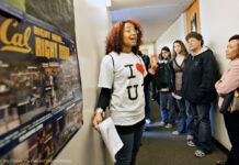 Perempuan muda berbicara kepada sekelompok orang (© Ray Chavez/The Oakland Tribune/Alamy)