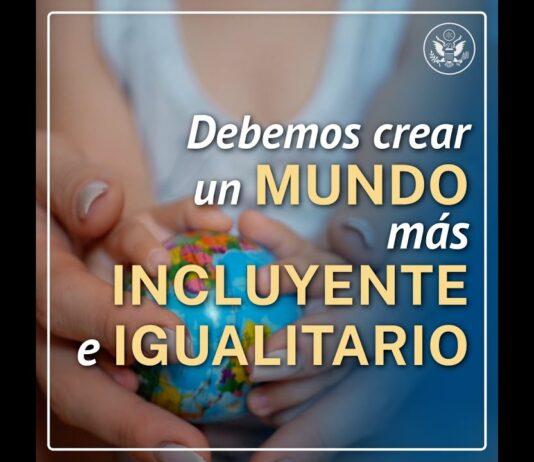 Manos sostienen globo con texto que dice que debemos crear un mundo más incluyente e igualitario (Depto. de Estado de EE. UU.)