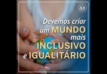 Mãos segurando um globo com texto dizendo que devemos criar um mundo mais inclusivo e igualitário (Depto. de Estado)