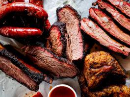Carne grelhada em uma travessa (© Marie Sonmez Photography/Shutterstock)