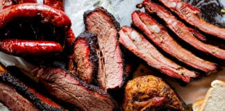 تھال میں رکھا گوشت (© Marie Sonmez Photography/Shutterstock)