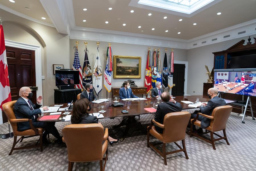 拜登总统及白宫高级员工与加拿大总理特鲁多视频开会(照片:白宫)