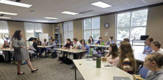 北卡罗莱纳州一所高中学校的教师凯西·特科尔正在上课(照片:美联社)