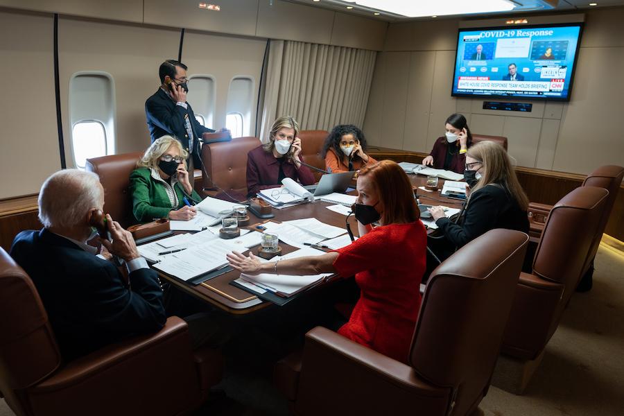 拜登总统夫妇与白宫雇员在空军一号上开会(照片:白宫)
