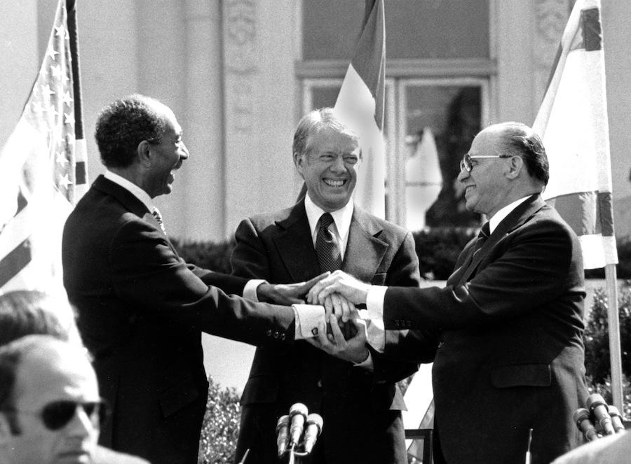 1979年3月26日卡特、埃及总统萨达特(左)和以色列总理贝京(右)在白宫握手庆祝戴维营协议的签署(照片:美联社)