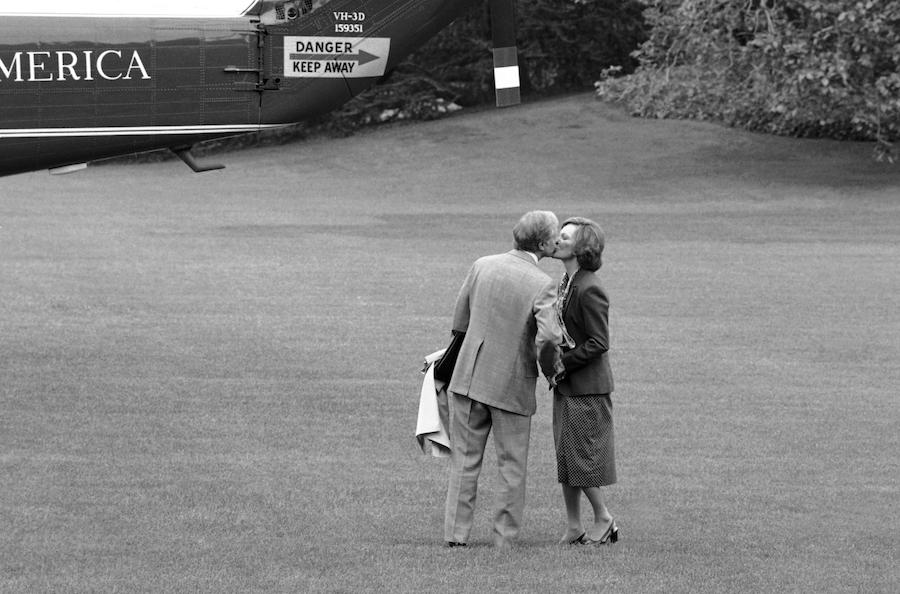 1979年5月10时任总统卡特在登上海军陆战队一号前吻别妻子(照片:美联社)