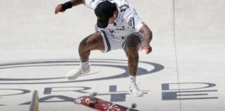 Nyjah Huston en el aire en un monopatín invertido en una pista (© Alessandra Tarantino/AP Images)