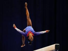Симона Байлз выполняет упражнение на гимнастическом бревне (© Jeff Roberson/AP Images