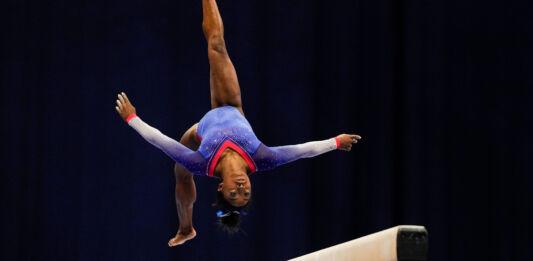 Simone Biles doing flip on balance beam (© Jeff Roberson/AP Images)