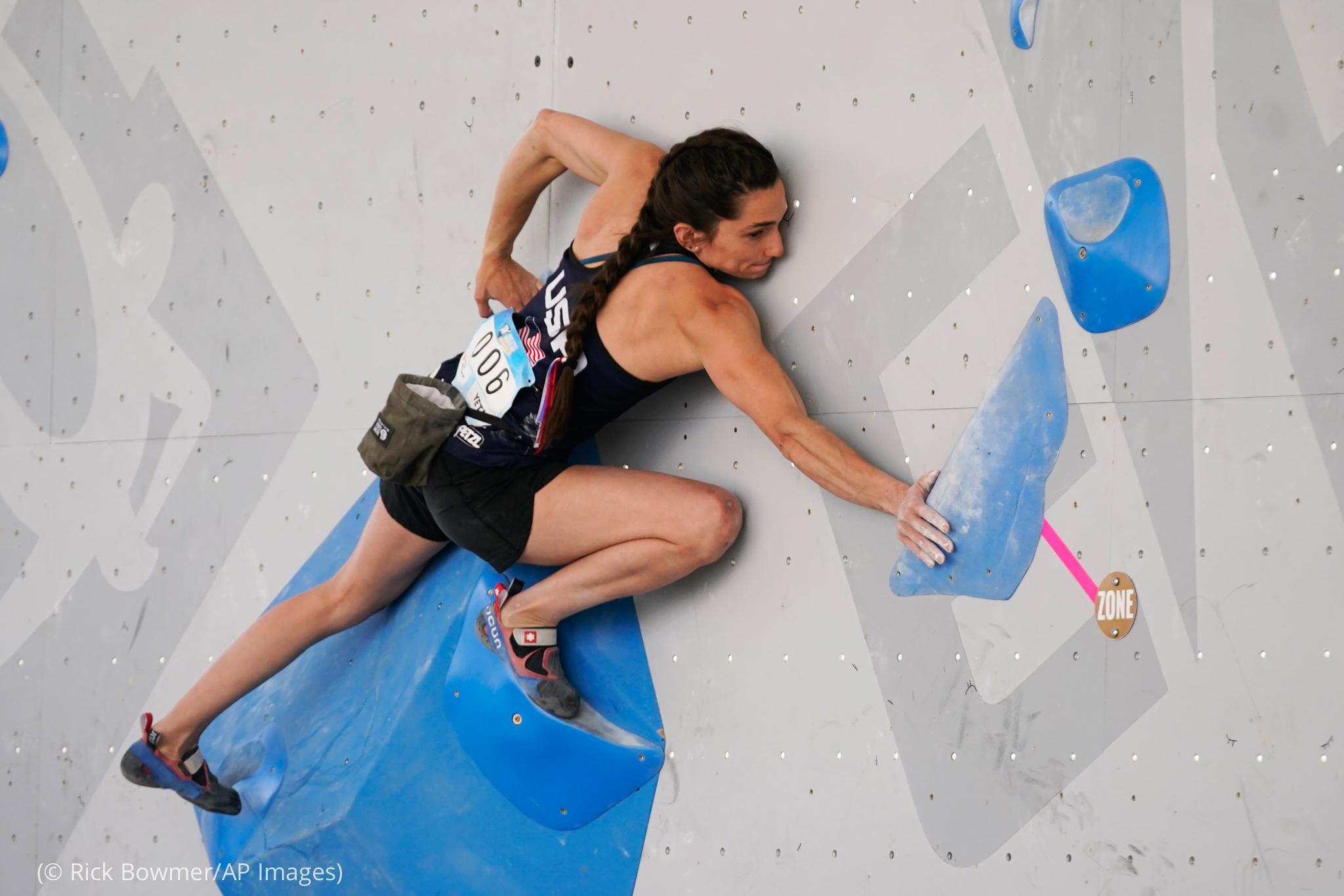 Una mujer se agarra al muro de escalada (© Rick Bowmer/AP Images)