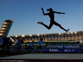 Silhueta de homem realizando salto em distância (© Charlie Riedel/AP Images)
