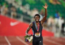 بایاں ہاتھ اوپر اٹھائے اور خوشی کا اظہار کرتے ہوئے، نوحا لائلز (© Ashley Landis/AP Images)