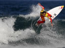 اپنے سرفنگ بورڈ کے ذریعے پانی کی لہروں پر سوار، کیریسا مور۔ (© Francisco Seco/AP Images)