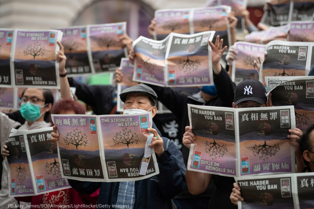 People holding up newspapers (© May James/SOPA Images/LightRocket/Getty Images)