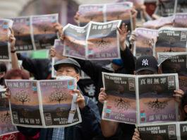 Des gens brandissant des journaux (© May James/SOPA Images/LightRocket/Getty Images)