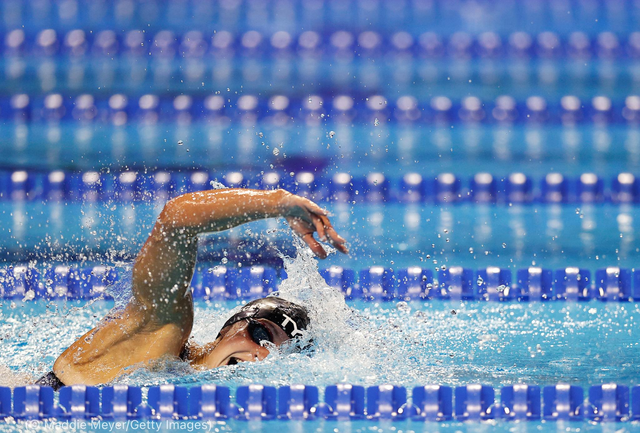 Mujer nadando (© Maddie Meyer/Getty Images)